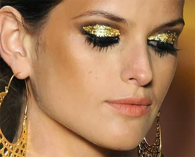 make dourada com sombra glitter para Carnaval