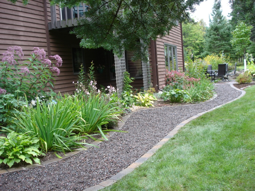 Custom stoneworks design inc loose gravel walkways for Garden designs using pebbles