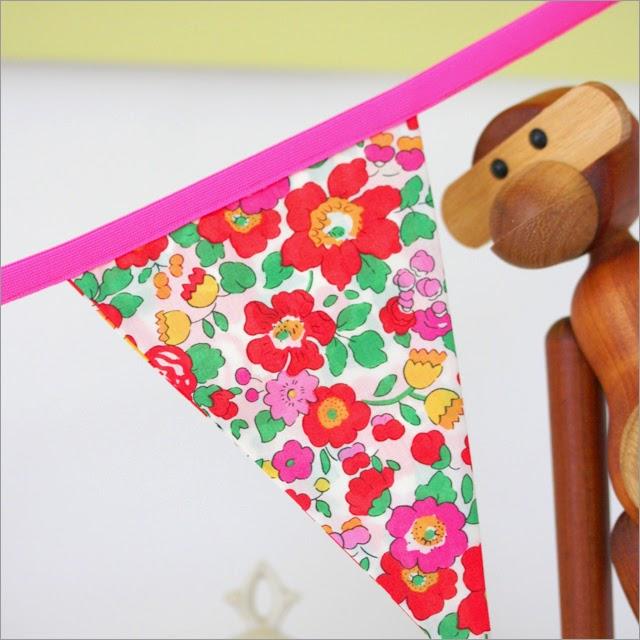Smuk flagranke i Liberty Betsy stof med pink foldebånd lige til pigeværelset
