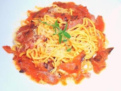Yakisoba com molho de tomate e salame