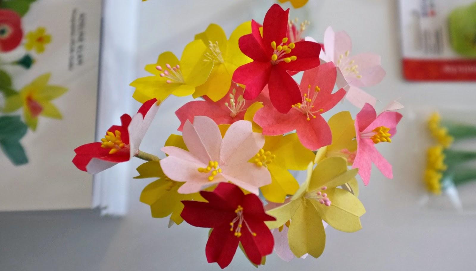 Julie adore atelier de fleurs en papier d 39 adeline klam - Fleur de papier ...