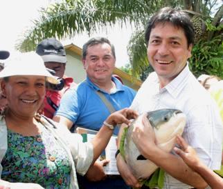 Jorge Villasante cargando un enorme pescado