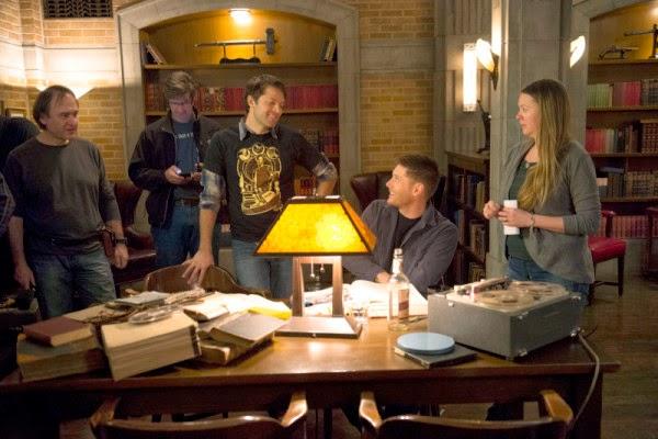 Misha Collins nos bastidores de Supernatural, agora trabalhando como diretor da série
