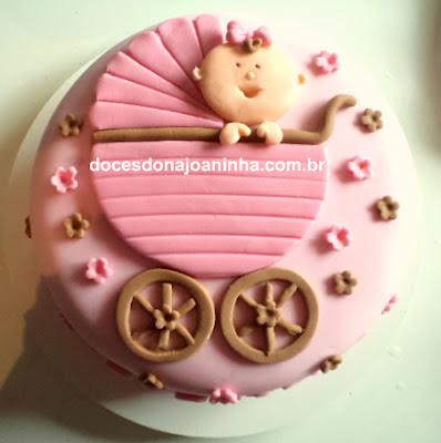 Bolo para chá de bebê decorado com flores delicadas e carinho de bebê em tons de rosa e marrom