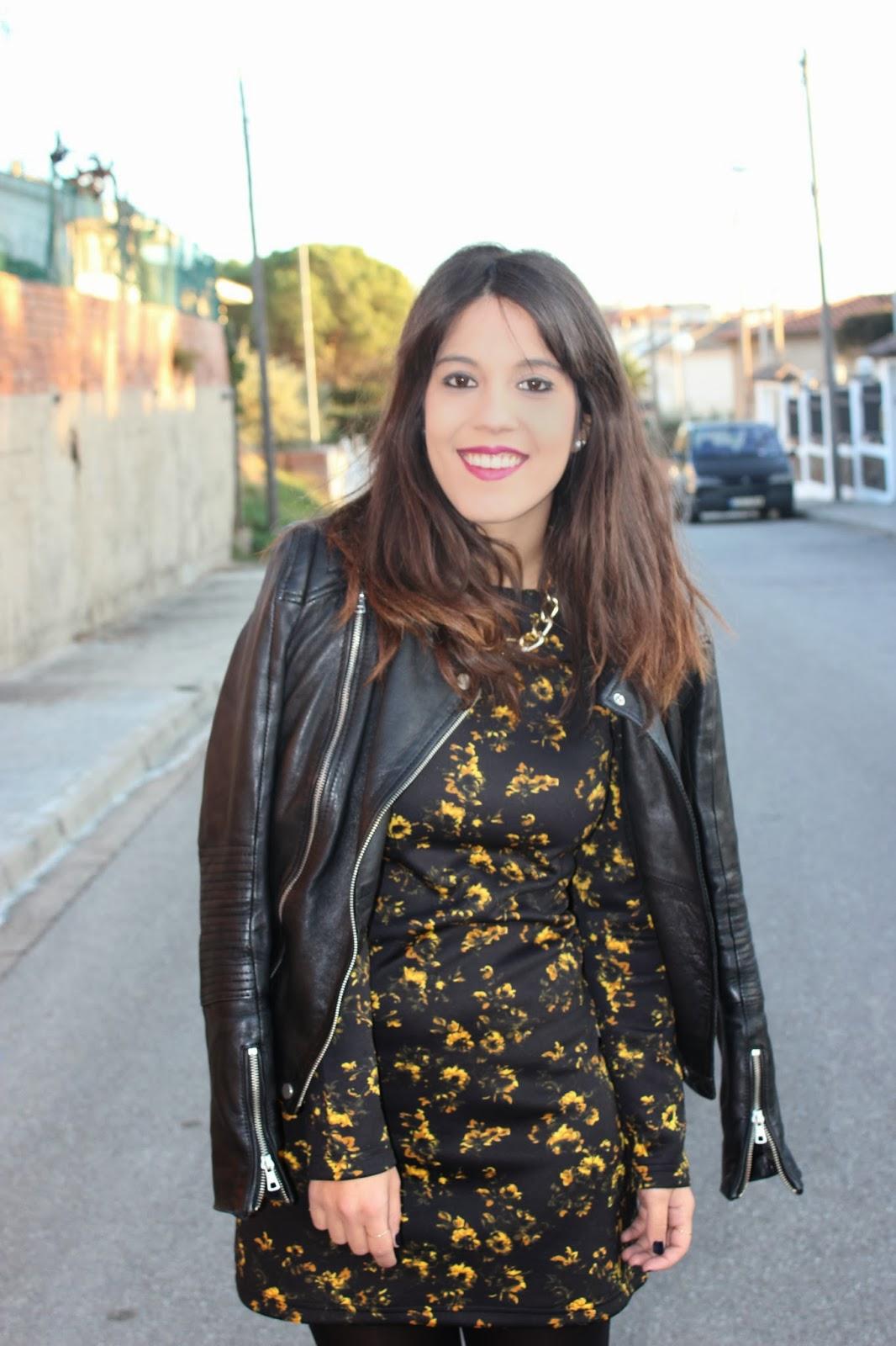 vestido negro con flores amarillas