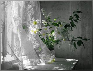 Ramo de flores en fondo blanco y negro