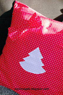 święta Boże Narodzenie ozdobna poduszka czerwona w białe kropeczki choinka kokarda