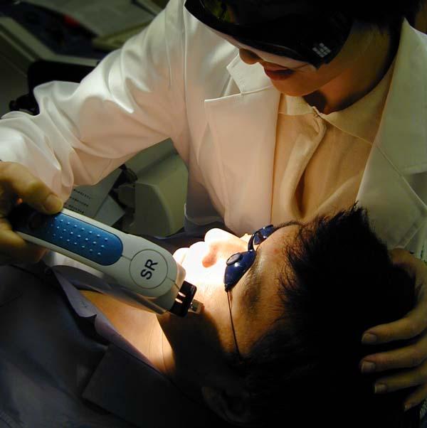 皮膚專科醫師操作雷射光療機器