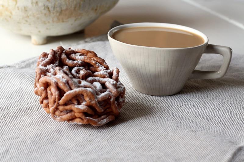 Tippaleipä ja kahvikuppi