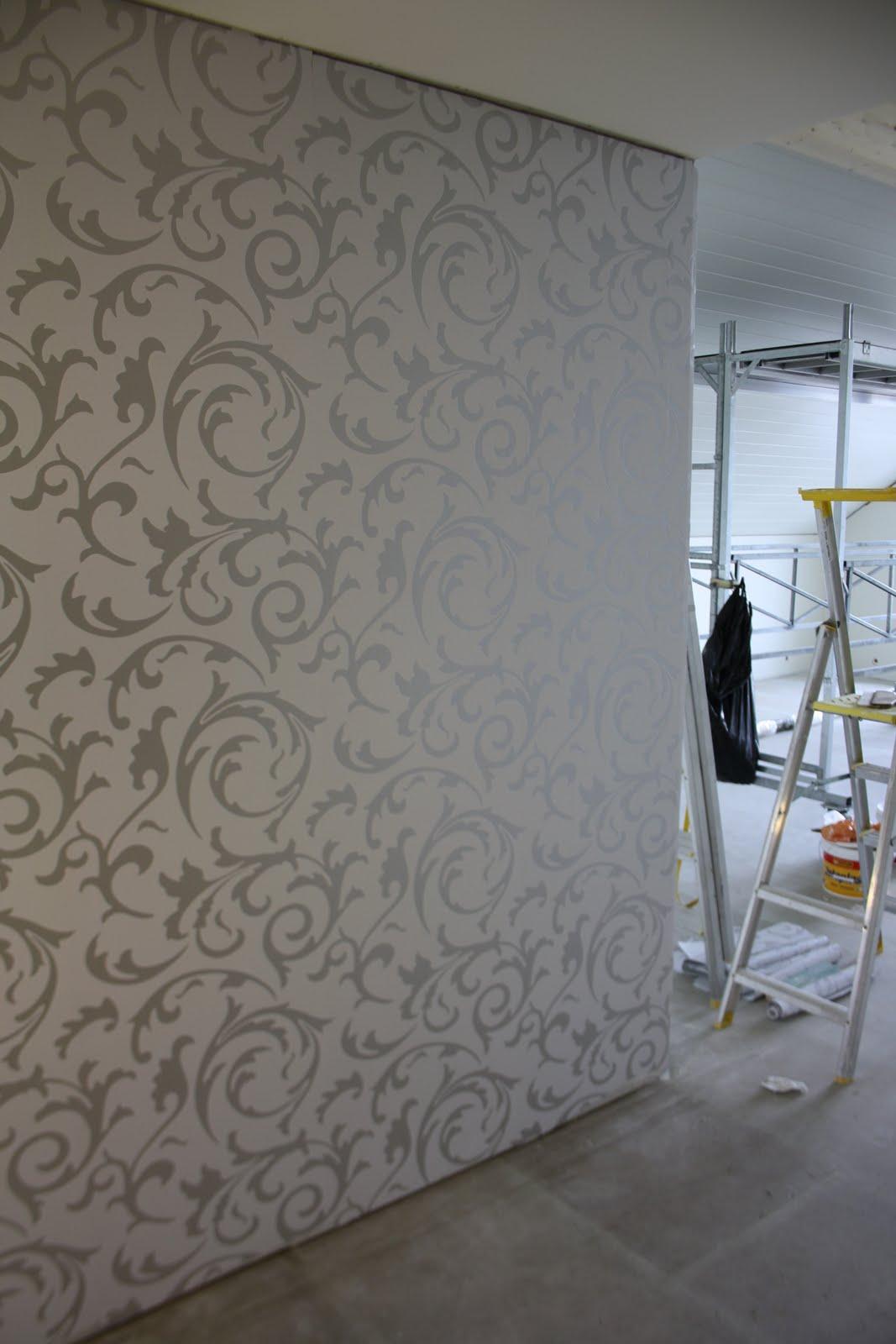 Fint med en temavegg. Resten av veggene er slette og grå, tapeter ...