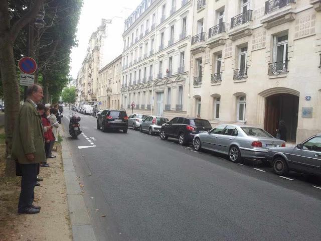 """Veilleurs debout"" diante da sede da Conferência Episcopal Francesa - CEF, Paris"