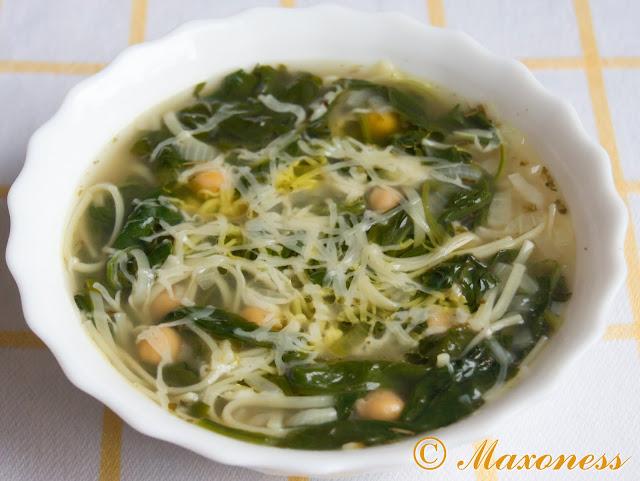 Суп с нутом, пастой и шпинатом. Итальянская кухня.