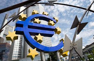 Δημοσίευμα των Financial Times προβλέπει ένα πιθανό σενάριο ελπίδας Μία ύστατη ελπίδα φαίνεται να υπάρχει από την ΕΚΤ και τον Μάριο Ντράγκι στην Ελλάδα, όπως αναφέρει δημοσίευμα των Financial Times με τίτλο «Η ΕΚΤ δίνει μια τελευταία ευκαιρία στην Αθήνα».  Όπως διευκρινίζεται στο άρθρο η ΕΚΤ ίσως ζητήσει από τους ηγέτες της ευρωζώνης να εγγυηθούν το ελληνικό χρέος, για να χρησιμοποιηθεί ως collateral και να αυξηθεί η παροχή ρευστότητας στην Αθήνα.  Παρόλα αυτά αναφέρεται πως πολλοί αξιωματούχοι που συμμετείχαν στις συνομιλίες προειδοποίησαν πως δεν υπήρχε μια σαφή πορεία προς συμφωνία ώστε να είναι πιθανό να αποφευχθεί μια ανεξέλεγκτη χρεοκοπία, όταν και η Ελλάδα θα πρέπει να κάνει τις πληρωμές ύψους 3,5 δισ. προς την ΕΚΤ.  «Το Grexit είναι στα χείλη όλων, αλλά κανείς δεν το λέει πραγματικά», ισχυρίζεται η εφημερίδα πως ανέφερε αξιωματούχος που συμμετείχε στις ομιλίες.  Την ίδια στιγμή βέβαια η πρόταση μέλους του Δ.Σ. της ΕΚΤ έκανε λόγο για χρηματοδότηση – γέφυρα, μέχρι να κλείσει η συμφωνία. Συγκεκριμένα ο Έβαλντ Νοβότνι, μέλος του ΔΣ της ΕΚΤ και κεντρικός τραπεζίτης της Αυστρίας, ανέφερε πως αποτελεί μια πιθανότητα το να δοθεί μία μορφή χρηματοδότησης στην Αθήνα όσο βρίσκεται σε διαπραγμάτευση.  Newsbeast
