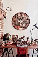 Aranżacja miejsca pracy, drewniane biurko, drewniane krzesło, ściana z cegieł