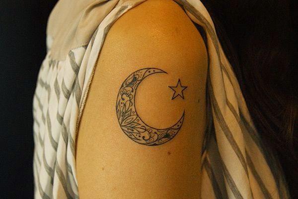 vemos una chica con un tatuaje en su brazo