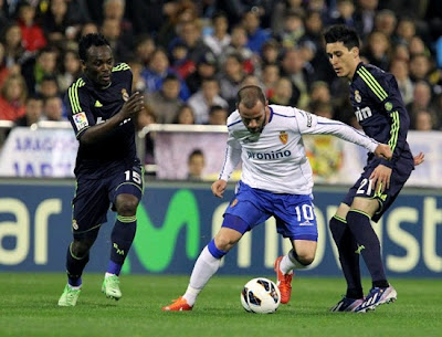Callejon and Essien fight for recovering a ball against Zaragoza