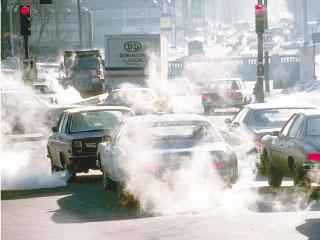 El coche por las manos sobre la gasolina