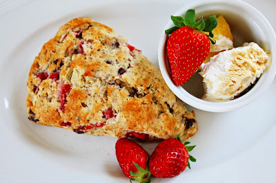 Valentinstag Scones mit Erdbeeren und Schokolade