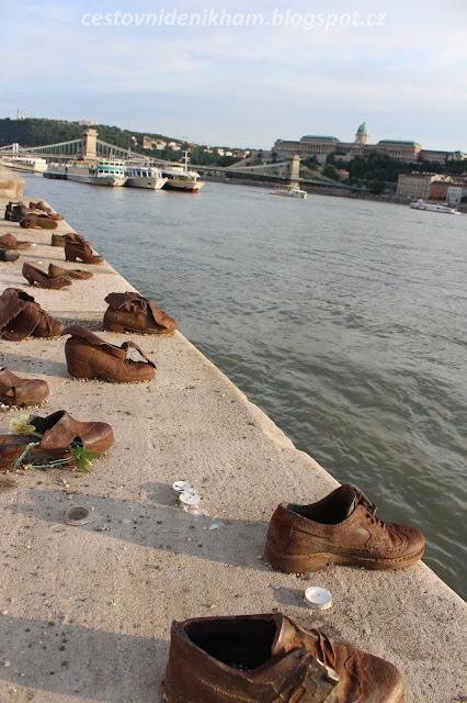 Památník holocaustu na nábřeží Dunaje // Holocaust Memorial