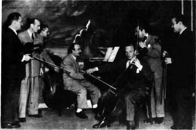Jose Basso con las cuerdas de su orquesta