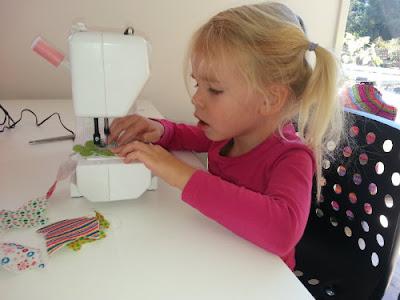 peuter serieus aan het naaien