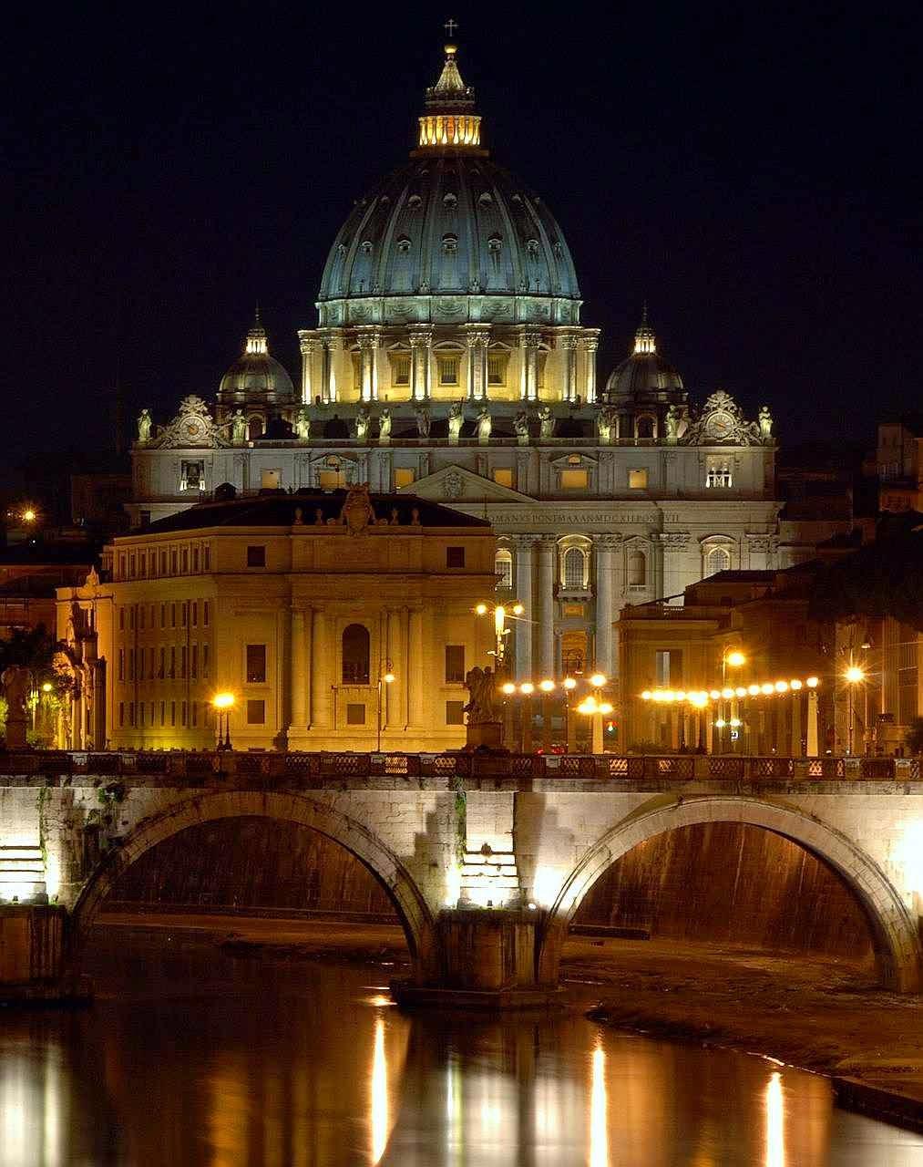 A Roma pagã ruiu, mas a Igreja tirou a cidade das ruínas e a elevou a uma glória e a um esplendor ainda maior.