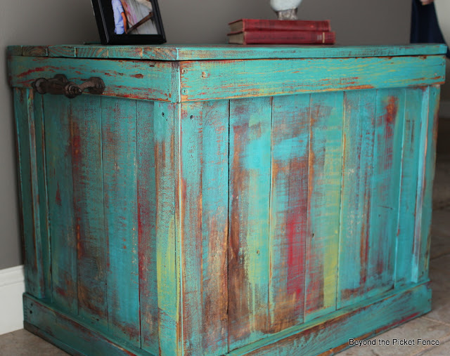 Pallets, furniture, salvaged, rustic, chest, wood, Beyond The Picket Fence, http://bec4-beyondthepicketfence.blogspot.com/2013/03/pallet-chest.html