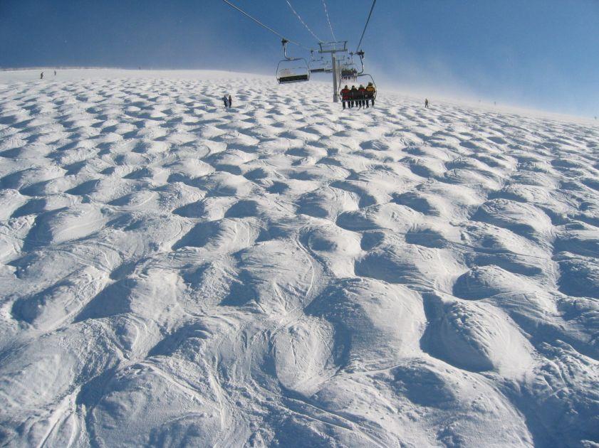 Formation et migration des bosses sur une piste de ski