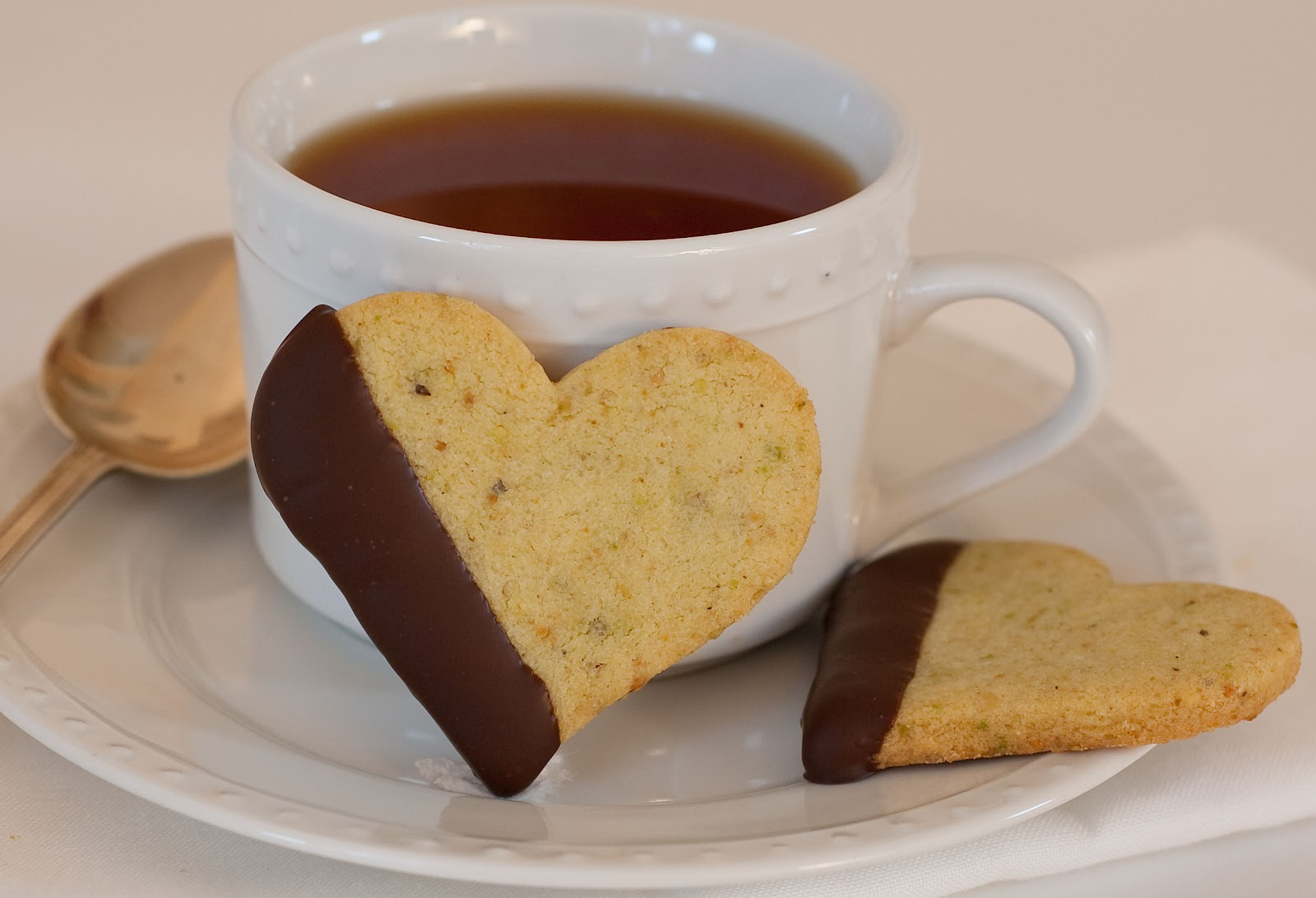 ... Sweet Dreams: ♥ Chocolate-Dipped Pistachio Shortbread Hearts