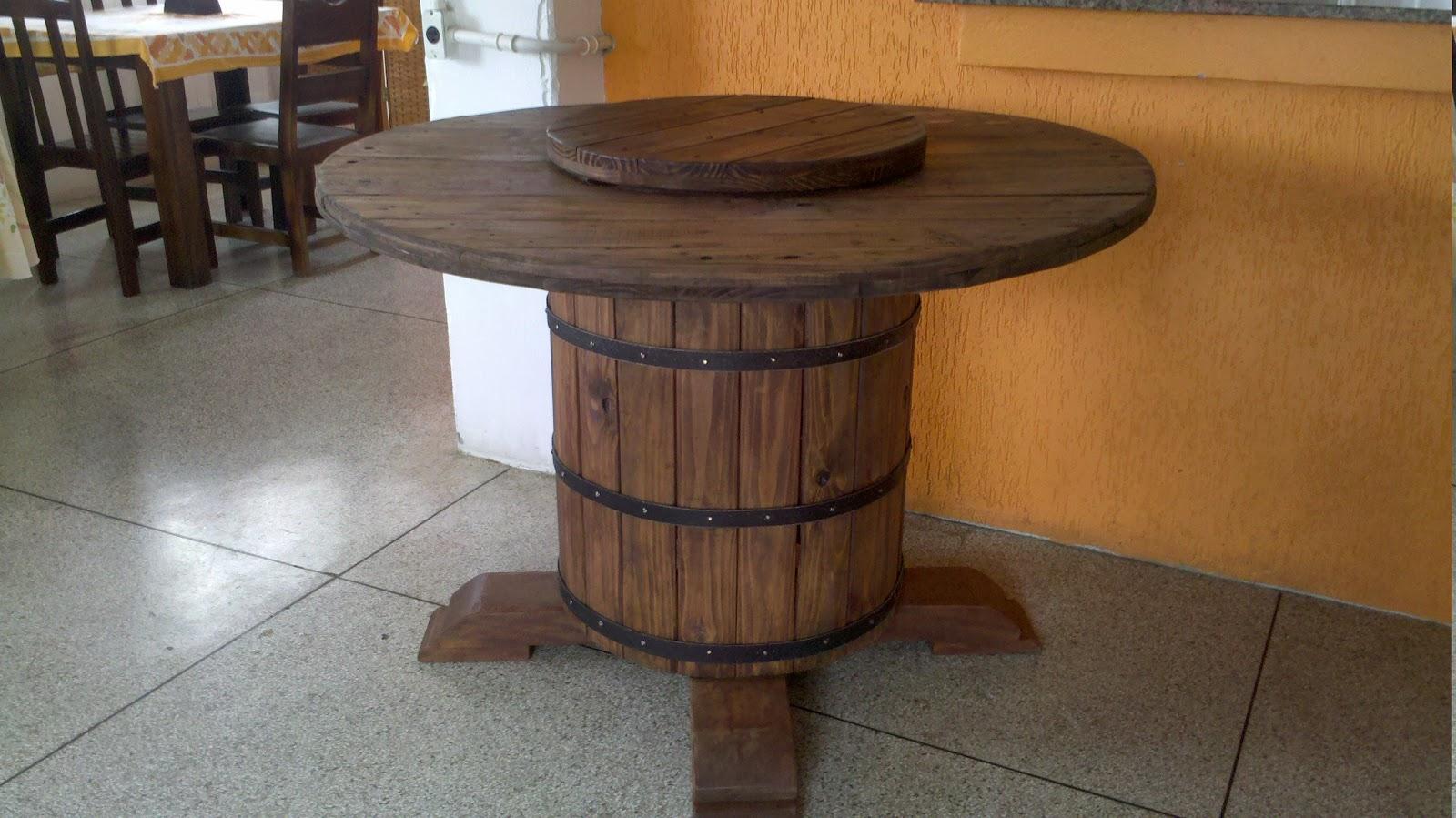 Mesa rústica com centro giratório feito sob encomenda para a Empresa  #966635 1600x899