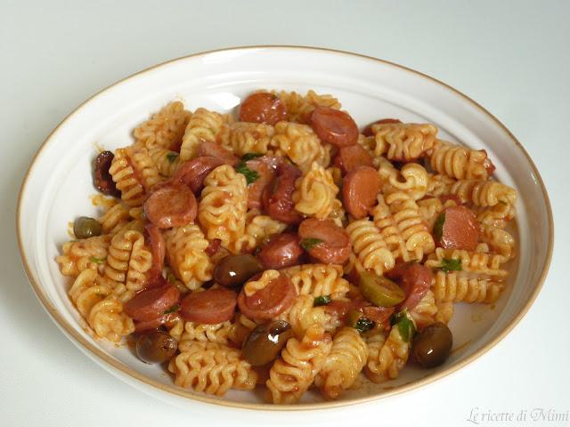 pasta con wurstel e sugo alle olive