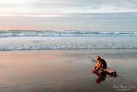 Surfista en la orilla al atardecer