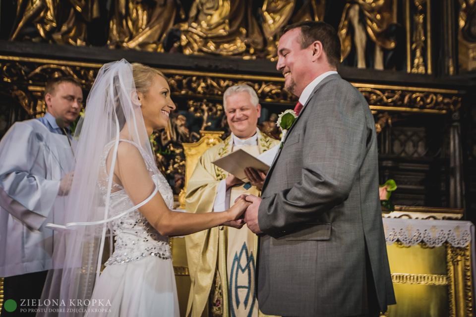 uśmiechnięty-ksiądz-na-ślubie-kościół-mariacki