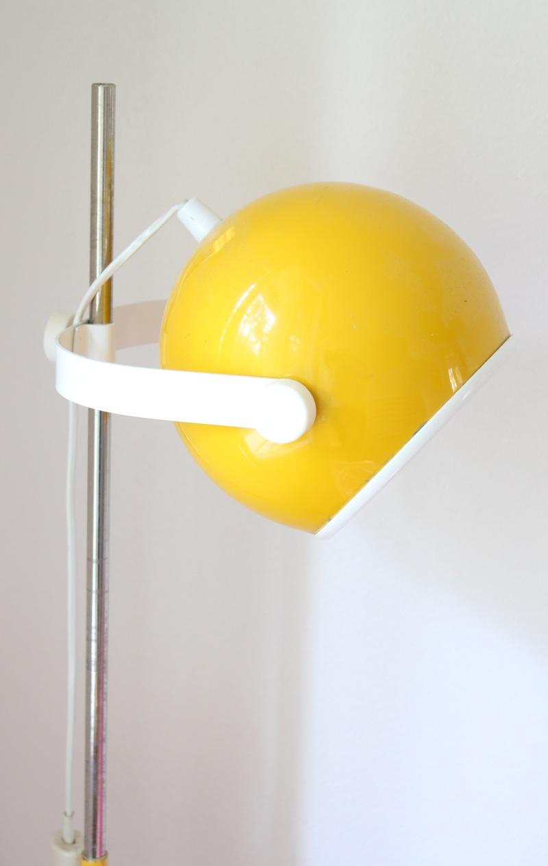 Keltainen retrolamppu