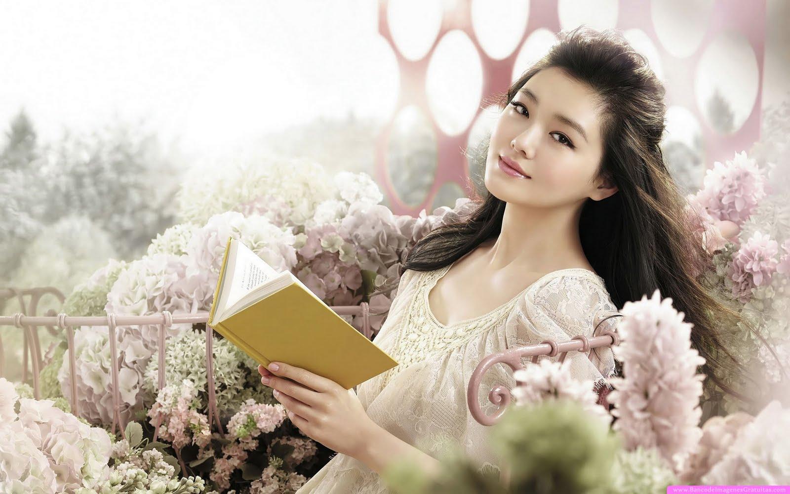 Hermosa mujer asiática leyendo un libro (wallpaper)