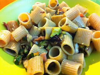 mezze maniche integrali con zucchine, pomodori secchi, speck e castagne