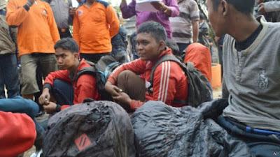 Para pendaki yang selamat dari kebakaran hutan di lereng Gunung Lawu