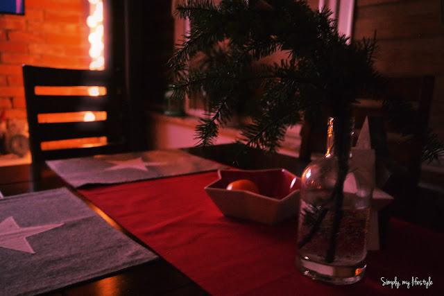 stół na święta ozdobiony podkładkami w gwiazdki i czerwonym bieżnikiem
