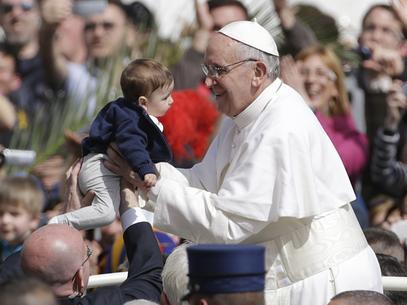 Papa pega criança no colo