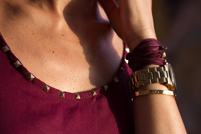 Reloj dorado Guess Watches y brazalete de seda de Leontina Alascio