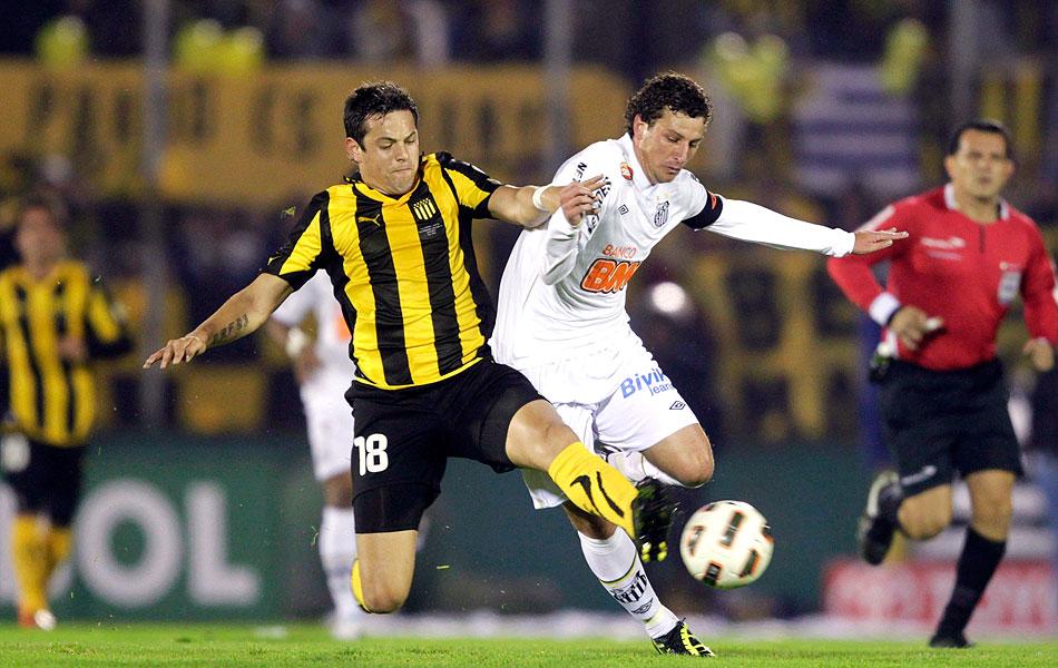 Elano tentando escapar da marcação do Peñarol