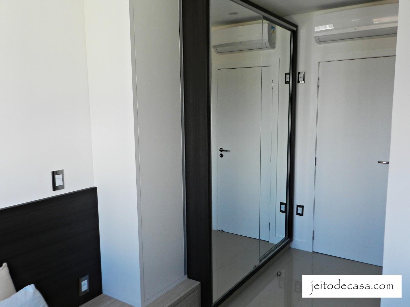 Quarto de 9 metros com cama de casal! Jeito de Casa Blog de  #4C687F 1600x1200 Armario Banheiro Porta De Correr