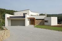 foto de fachada de casa moderna con piso de entrada en cemento