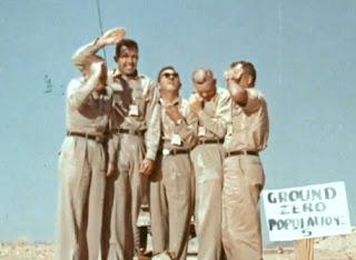 soldados bajo una nube de bomba atómica