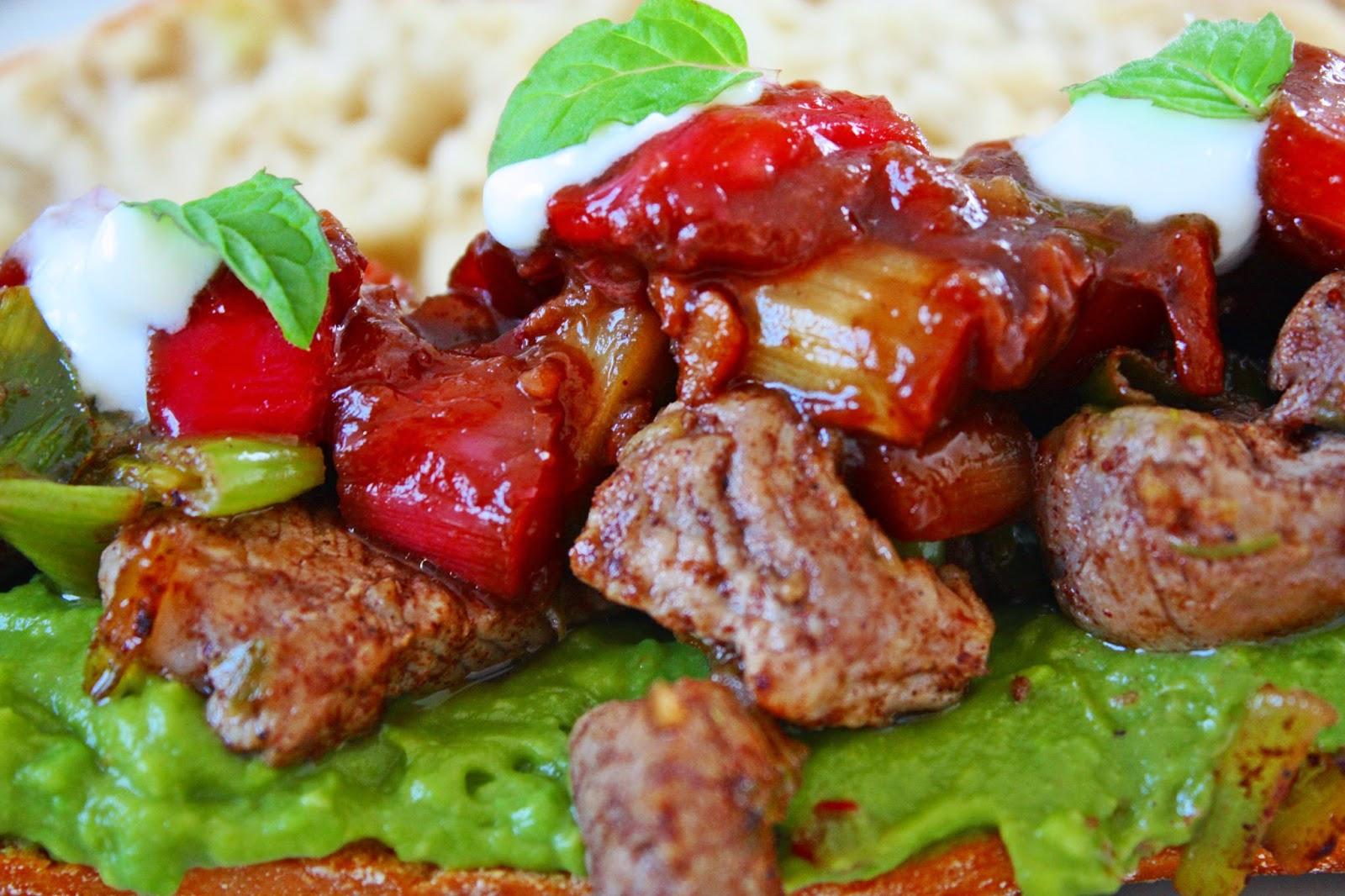 Burger Schweinefilet Erbsenpüree und Rhabarber Ingwer Salsa