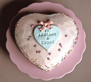 una torta a forma di cuore