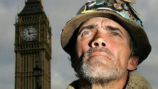 Brian Haw, pacifista, delante del Big Ben