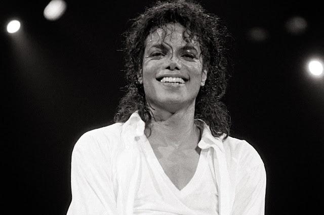 Michael Jackson se convierte en el primer artista en vender 30 millones de copias de un álbum en Estados Unidos.