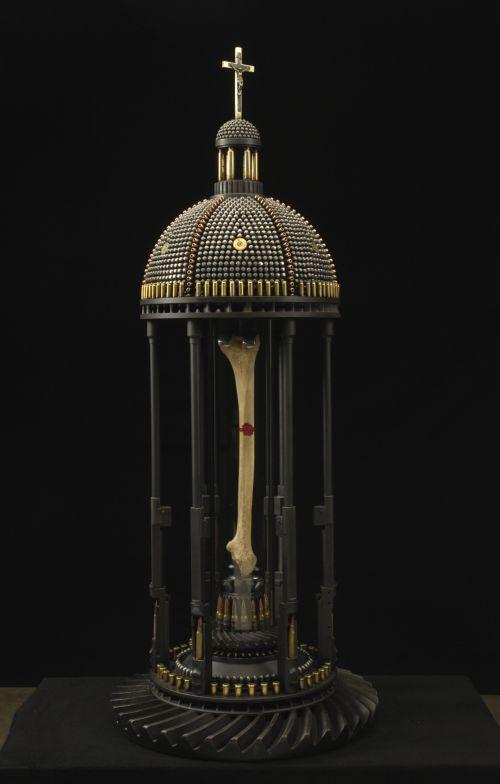al farrow esculturas relicários templos religiosos símbolos armas munição Relicário com o osso da perna de Santa Guerra