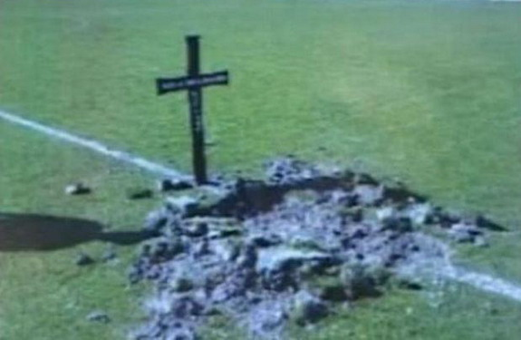 Mačva Šabac fans place a tomb and cross at the center of the pitch as a threat against players